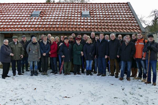 Die Teilnehmer der Braunkohlwanderung vor dem Backhaus der Familie Hantelmann.